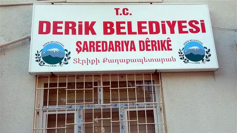Derik Belediyesi'nin tabelası yeniden değişti