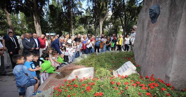 Atatürk'e annesinin mezarından çiçek!