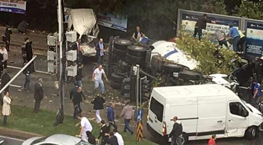 Maslak'ta kamyon devrildi
