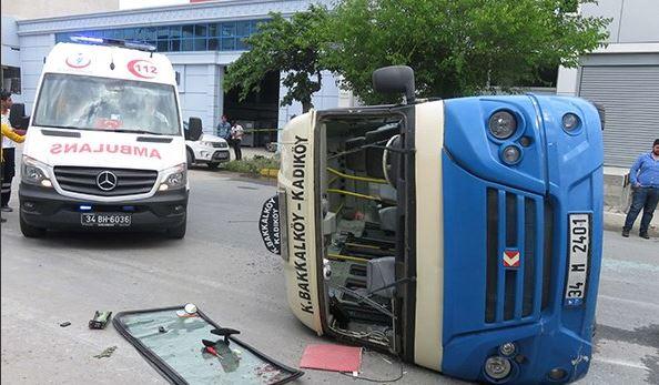 Ataşehir'de minibüs devrildi: yaralılar var