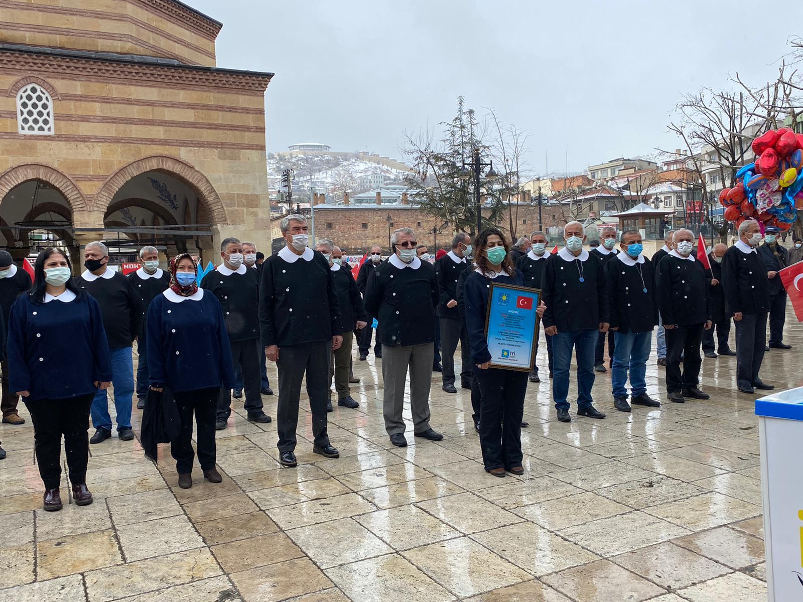 Kastamonu'da İYİ Partililer öğrenci önlüğü giyip Nasrullah meydanında  Andımız'ı okudu