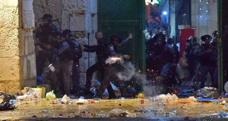 İsrail polisi Mescid-i Aksa'ya girerek namaz kılan cemaate saldırdı. Türkiye'den ilk tepki geldi