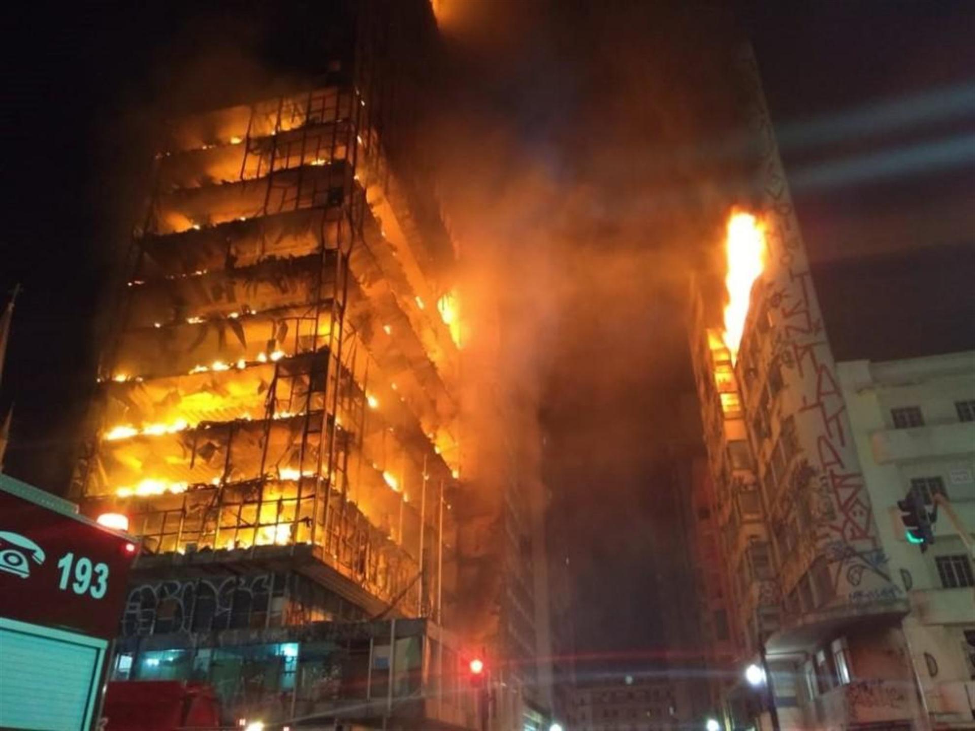 Brezilya'da 26 katlı bina yandı