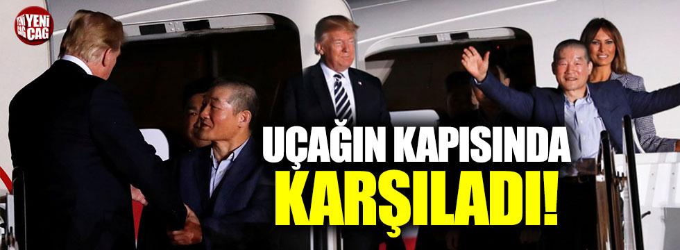 Trump 3 ABD vatandaşını uçağın kapısında karşıladı