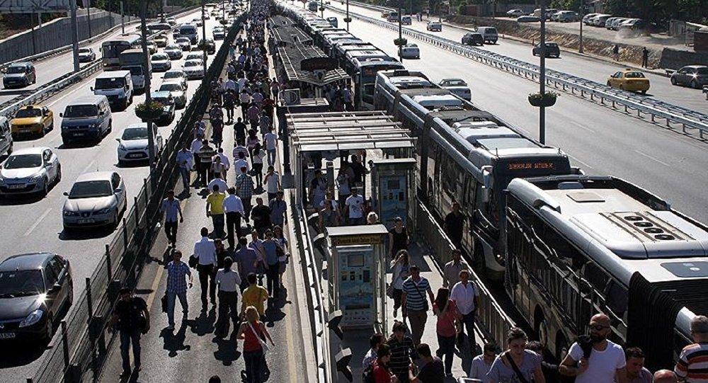 Metrobüs duraklarında sigara içenlere kötü haber