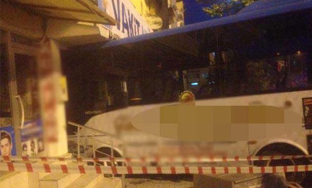 Halk otobüsü AKP bürosuna daldı