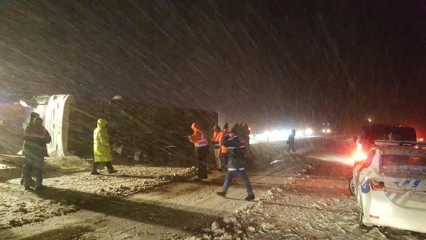 Kırşehir'de yolcu otobüsü devrildi: 3 ölü, 20 kişi yaralı