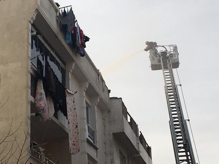 Esenyurt'ta apartmanın çatısı alev alev yandı