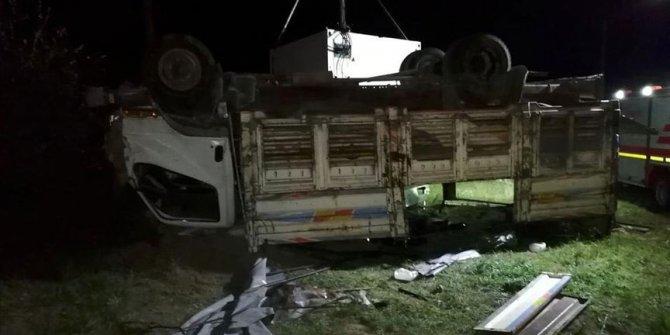 Düzensiz göçmenleri taşıyan kamyon devrildi