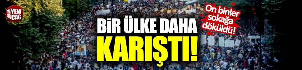 Bir ülke daha karıştı! On binler ayağa kalktı!