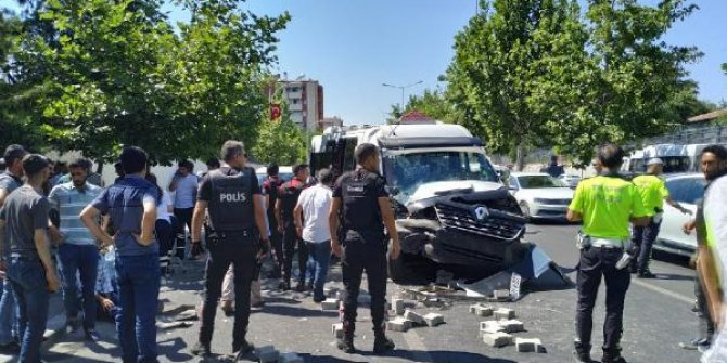 Diyarbakır'da yolcu minibüsü traktöre çarptı: 16 yaralı