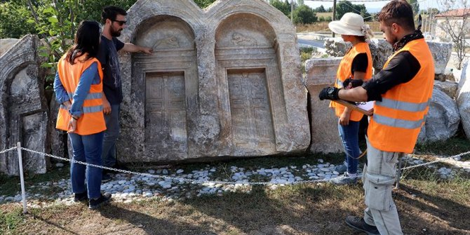 Acılarını mezar taşlarına kazımışlar!