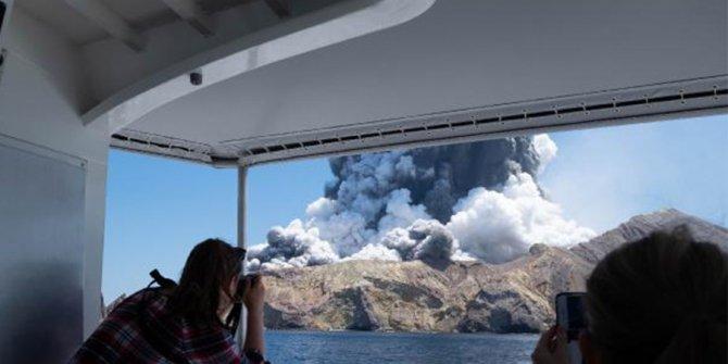 Yeni Zelanda'da yanardağ patladı