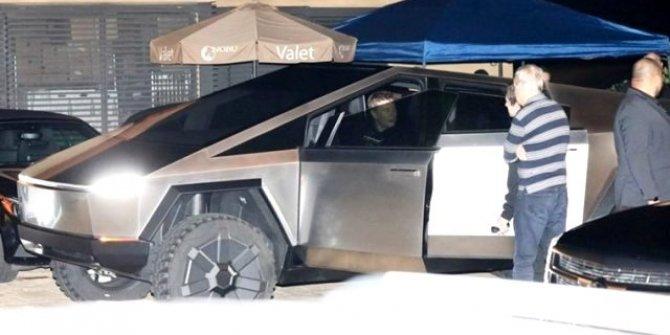 Elon Musk, Cybertruck ile sokaklarda!