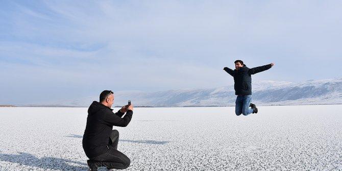 Buzla kaplanan Aktaş Gölüne yoğun ilgi