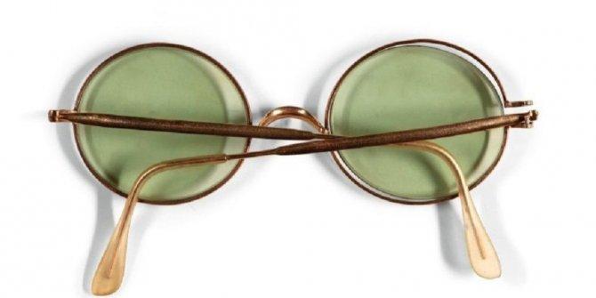 Efsane gitaristin gözlüğü 170 bin dolara satıldı!