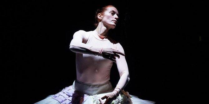 Balerinlerin 'içsel dünyası'nı tiyatro sahnesine taşıdı