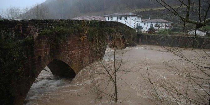 Fransa'da hayat durdu! Aşırı yağışlar 2 can aldı