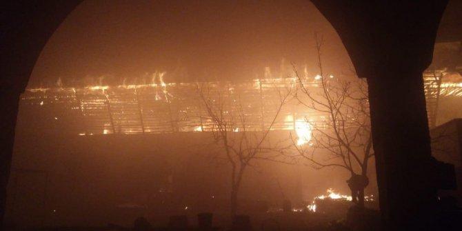 Tarihi bina alev alev yanıyor!
