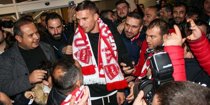 Podolski Antalya'ya geldi: İlk işi çay içmek oldu