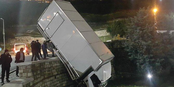 Yoldan çıkan kamyon parka uçtu