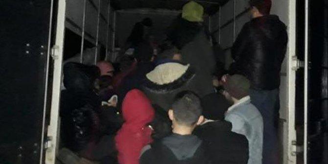 Kamyonet kasasından 65 kaçak göçmen çıktı!