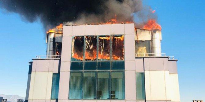 İş merkezinin korkutan yangın