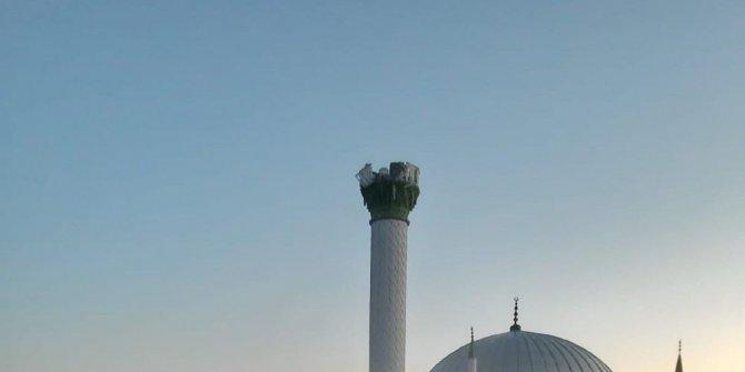 Depremde hasar gören minare yıkıldı