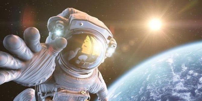 Astronotlar, ışın dedektörü onarımı için uzay yürüyüşüne çıktı