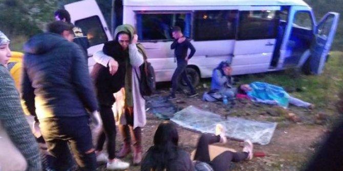 Servis minibüsü takla attı: 11 işçi yaralı
