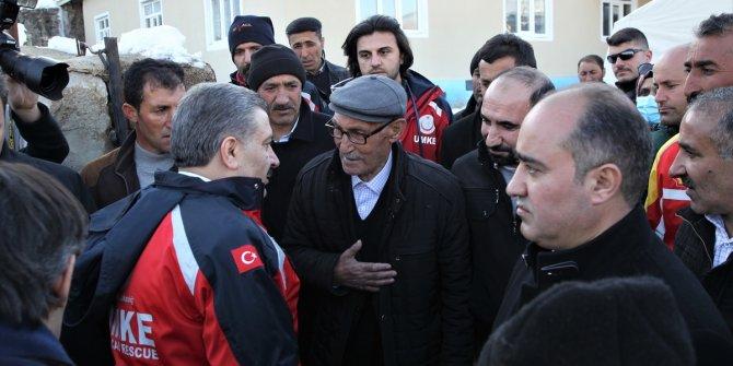 Fahrettin Koca, deprem bölgesini ziyaret etti