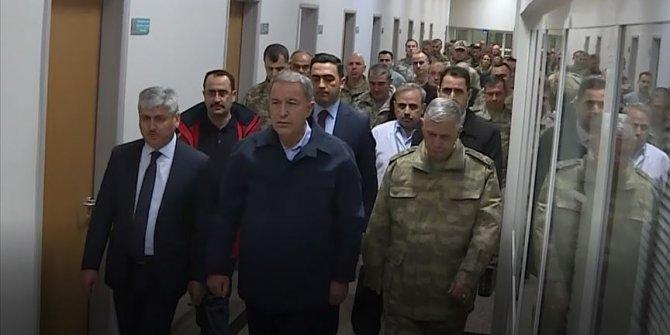 Bakan Akar yaralı askerleri ziyaret etti