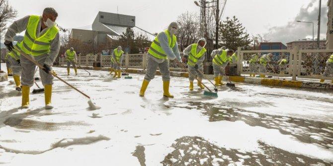 Belediyeler koronaya karşı yolları dezenfekte etti