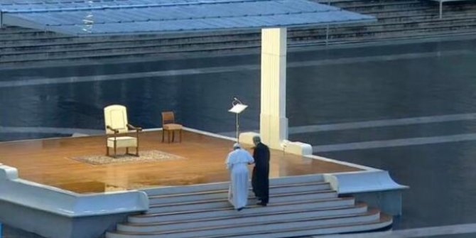 Papa boş meydanda dua etti