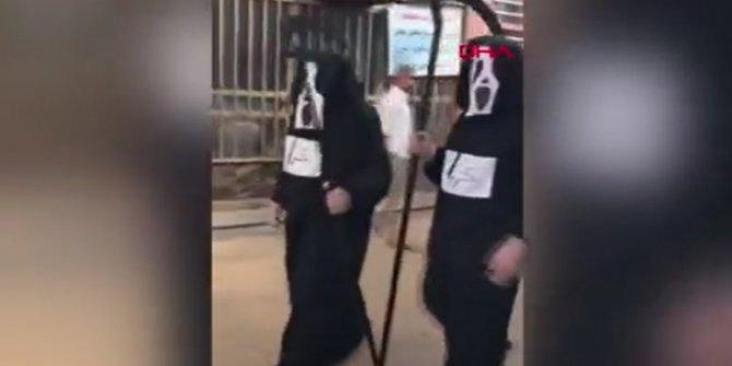 Azrail kıyafeti giyip sokak sokak gezdiler