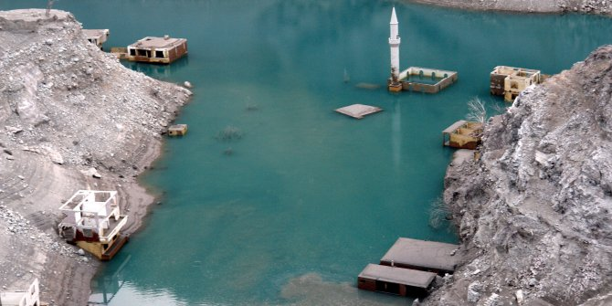 Artvin'de baraj suları çekildi, köy ortaya çıktı