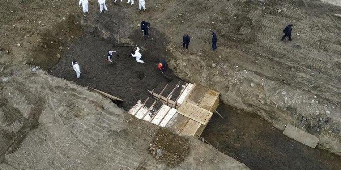 Virüs tehlikesi gittikçe büyüyor: Toplu mezarlar havadan görüntülendi