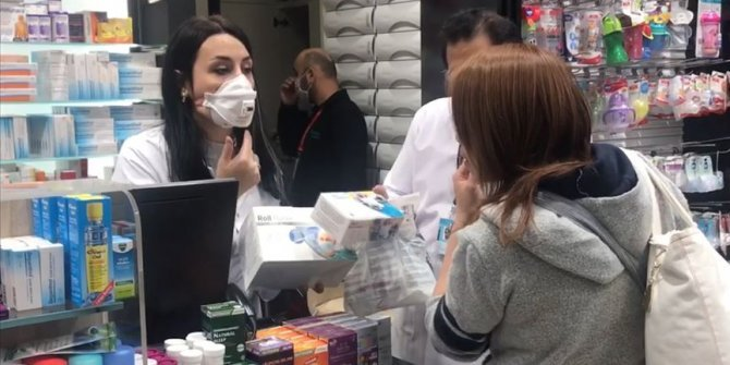 Eczanelerde ücretsiz maske dağıtımı başladı
