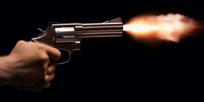 Pompalı tüfekle oynarken, ablasını sırtından vurdu