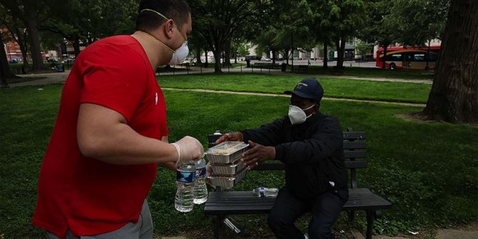 Fenerbahçeliler Derneği evsizlere yemek dağıttı