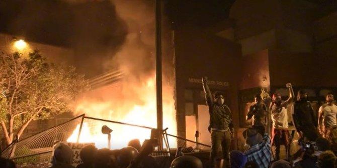 Halk karakol yaktı, Trump'ın tepkisi ağır oldu