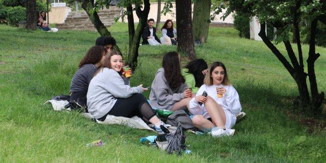 Ankara'da gençler parklara akın etti