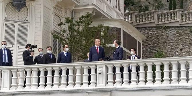 Cumhurbaşkanı Erdoğan, Boğaz'dan geçen tekneleri selamladı