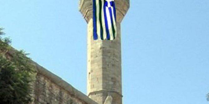 Cami minaresine Yunanistan bayrağı