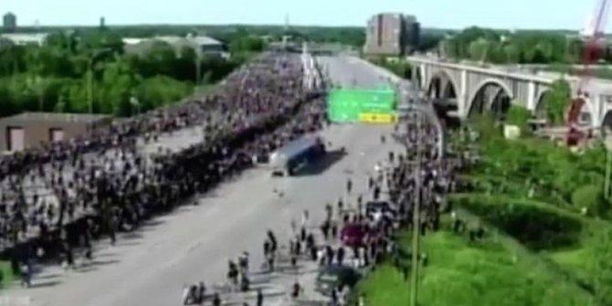 ABD'de protestocuların üzerine tanker sürdüler: Bir kişi tankerin önüne yattı