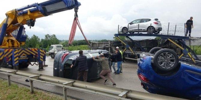 Bursa'da feci kaza... Sıfır otomobiller otobana saçıldı