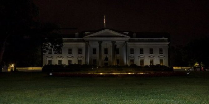 Dünya ABD'den gelen bu görüntüyü konuşuyor: Beyaz Saray'ın ışıkları korkudan söndürüldü!