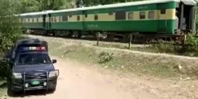 Tren otobüsle çarpıştı: 19 ölü