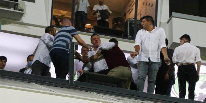 Seyircisiz Süper Lig maçında saha karıştı!Şişeyi sahaya başkan fırlattı