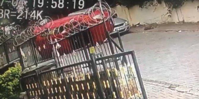 Boş sokakta ilginç kaza: Park halindeki aracın üzerine çıktı